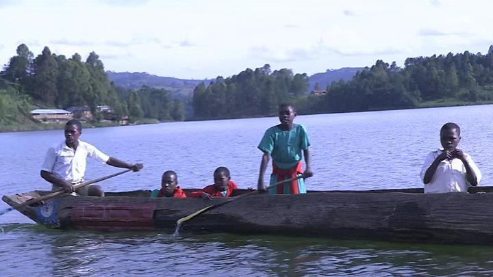 footballeurs sur le lac Albert