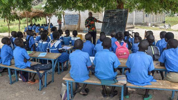Mackjourney, 11 ans, va dans une école secrète au Cameroun.