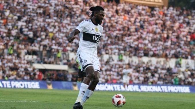 les premiers pas d'Emmanuel Adebayor avec Olimpia du Paraguay
