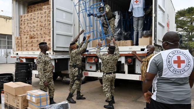 Des gardiens de prison ivoiriens déchargent des équipements de protection à la prison centrale d'Abidjan