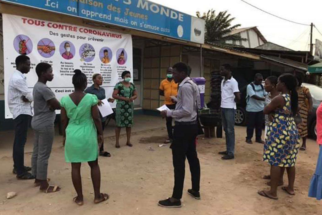 Une équipe des Maisons TV5Monde - Togo sensibilise les jeunes sur les mesures d'hygiène à respecter pour prévenir le coronavirus