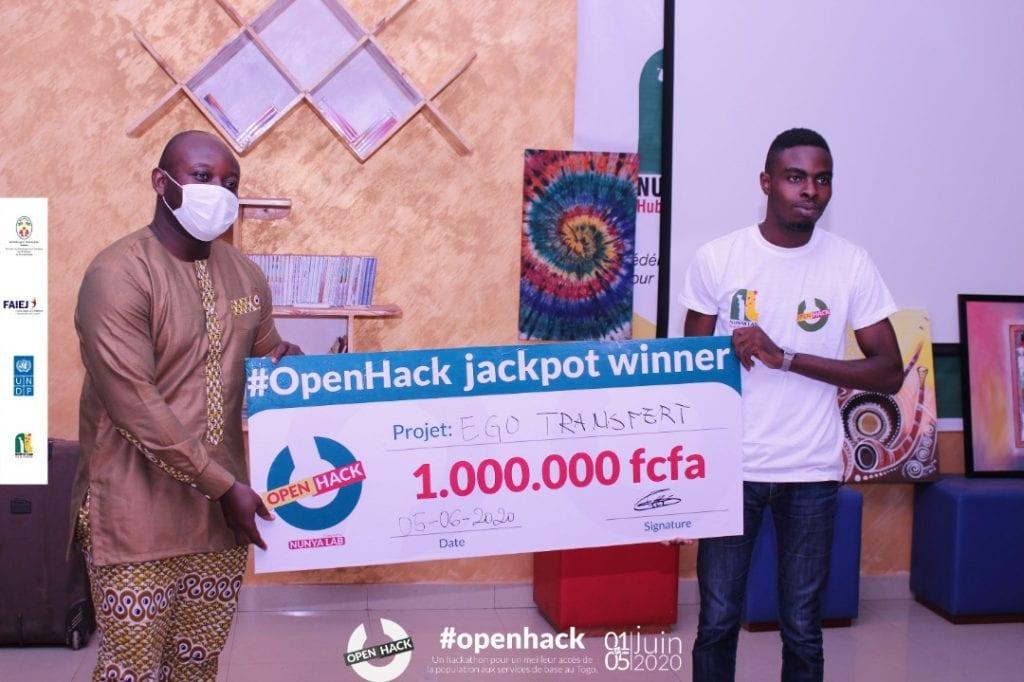 Luz Attisso Koumedzro recevant un chèque d'un million pour la première place du hackaton OpenHack grâce à l'application eGoTransfer