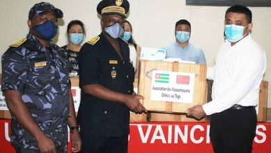 Photo of Covid-19 : les ressortissants chinois au Togo offre 10 000 masques à la Police Nationale