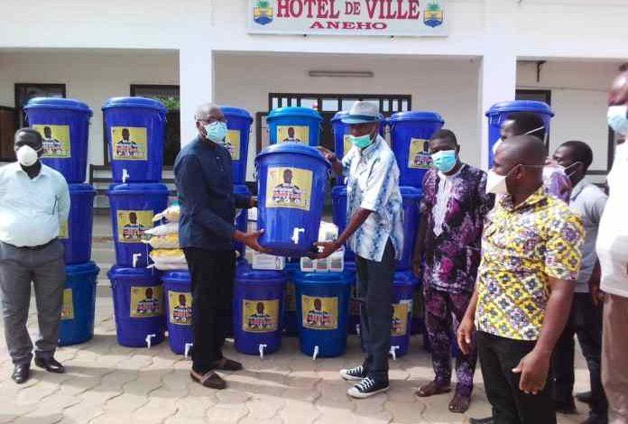 Peniel Mlapa fait un don de kits pour lutter contre le coronavirus au Togo